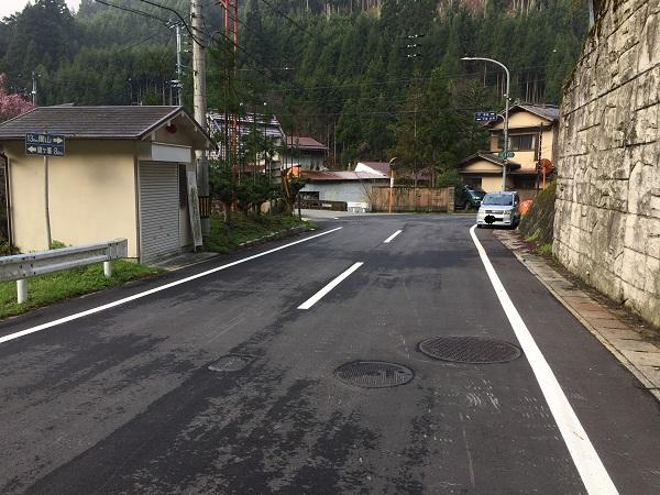 杉坂のT字路。左は京見峠、右は高尾や京北へとつながる周山街道。