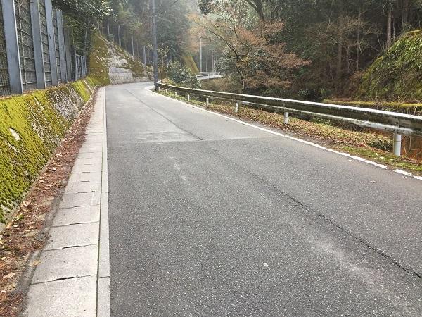 裏京見峠。勾配は表側ほどきつくない。交通量はぼちぼち。