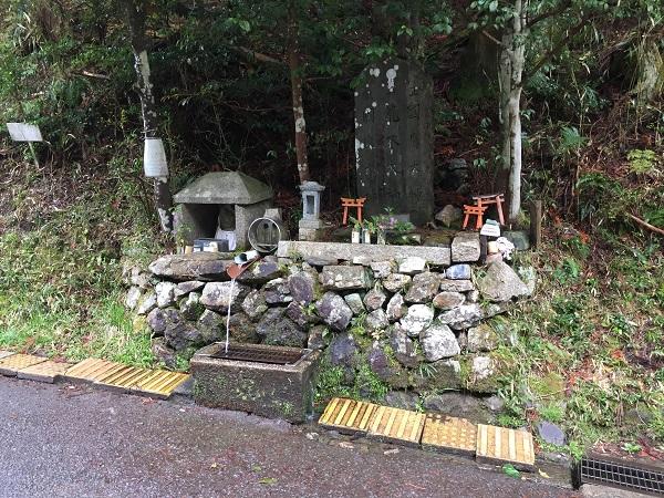 京見峠裏側の給水ポイント。超有名。この水を汲むためだけにここへ来る人もたくさんいるそうです。
