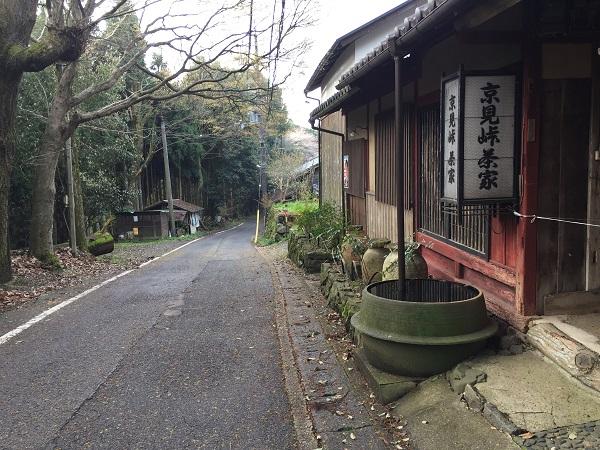 京見峠茶屋。現在は営業されておらず。しかし良い雰囲気の佇まい。