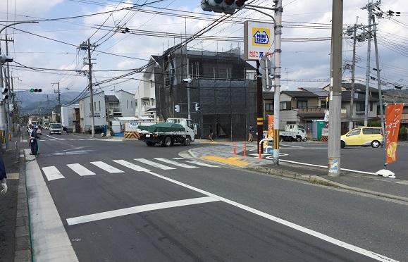 玄琢下から北へ2つ目の信号。東へ曲がってまっすぐ行くと上賀茂神社。南東角のミニストップが目印。