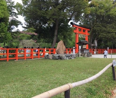 上賀茂神社正面赤鳥居前。観光客が多く、正面のロータリー交差点は交通量が激しい。十分に注意されたし。