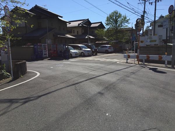 深泥池南西端の交差点。路地を進み上賀茂神社へ。左へ曲がると北山通りへ。