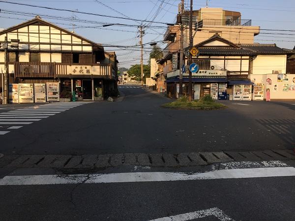 上賀茂神社正面赤鳥居前のロータリー交差点。日中は交通量多し。