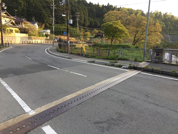 バス停「高橋」手前の橋を渡ったところ。バス停先には漁業組合の管理事務所あり。遊漁券買える。