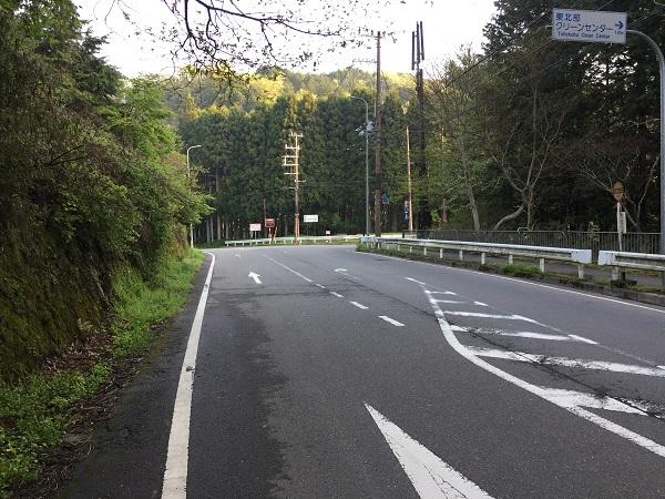 左は雲ヶ畑へ通じる府道61号。右は鞍馬・貴船方面へ通じる府道38号。その分岐点。