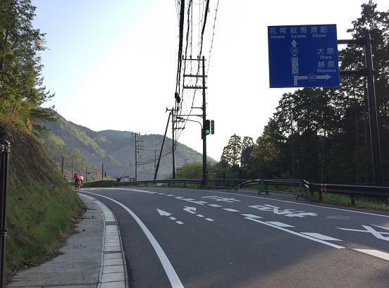 二ノ瀬トンネルと府道38号の分岐点。鞍馬・貴船へ向かうにはまっすぐトンネル越え。静原へは38号で右。