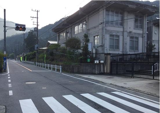 静原小学校前。江文峠へとゆるやかに登り始める。