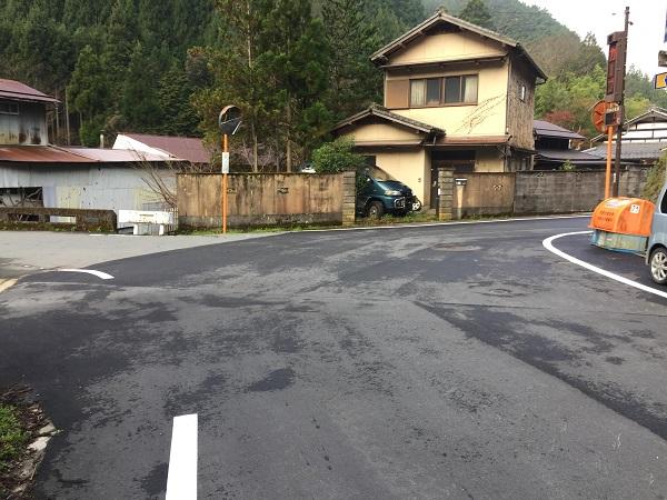杉坂のT字路。左の橋の方へ入れば京見峠ウラ側へ。