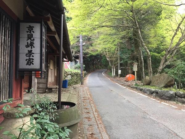 京見峠茶屋。現在は営業されておらず。京見峠のシンボル的存在。道を挟んだ向かい側に石碑有。