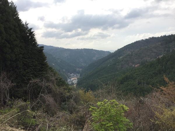 登りで唯一視界が開けるポイント。雲ヶ畑の集落が眼下に。