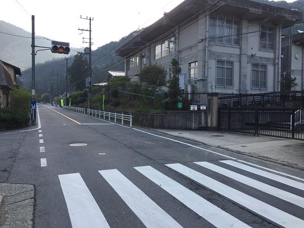 静原小学校前の信号。この辺りから徐々に登り始める。