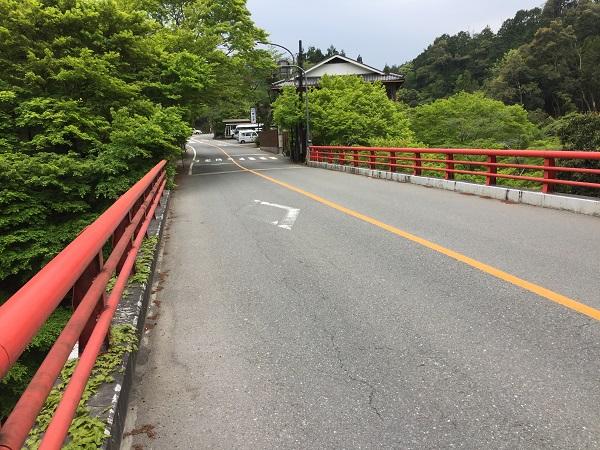 高雄橋。ここから徐々に登り始める。