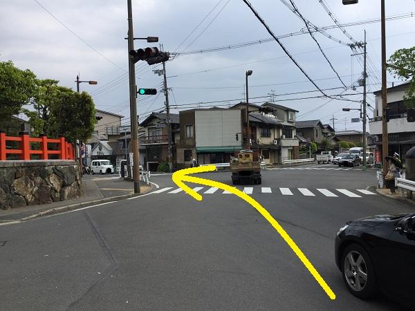 福王子信号。五叉路。信号がやや複雑。横断歩道のところに常におまわりさんが立っている。
