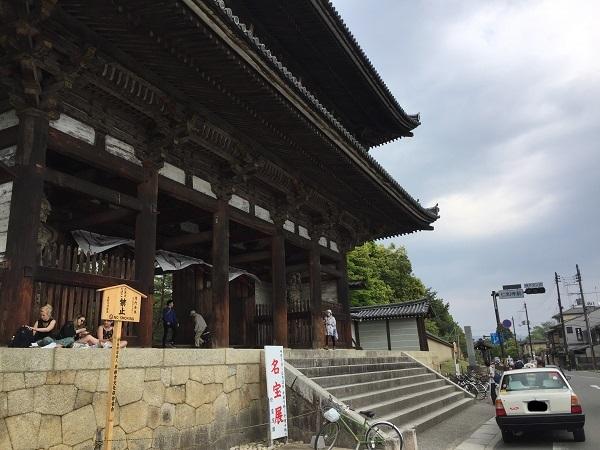 世界遺産・仁和寺。門の大きさに圧倒される。くぐるのは無料。