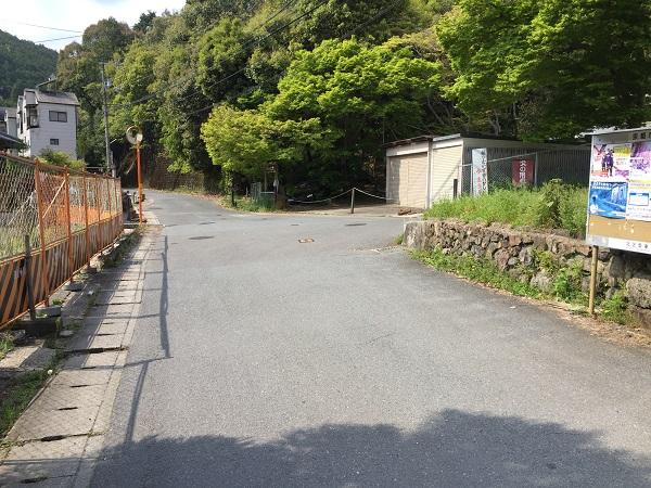 千束坂ふもとのT字路。右へ曲がれば直後に激坂・千束坂。