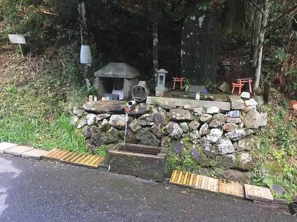 京見峠ウラの給水ポイント。名水として有名なんだとか。