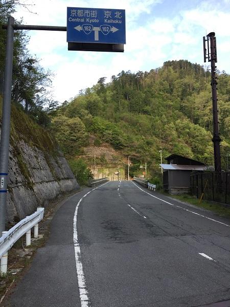 杉坂口手前の青看板。橋を渡り、右は京北町、左は高雄を通って京都市街地へ。