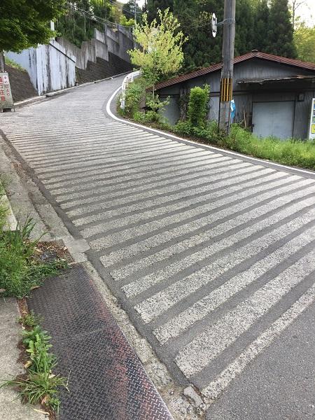 超短距離鬼激坂の千束坂。勾配もすごいが、まな板上の路面が凶悪。