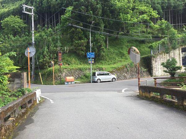 杉坂のT字路。右へ進むと持越峠方面、左は周山街道。