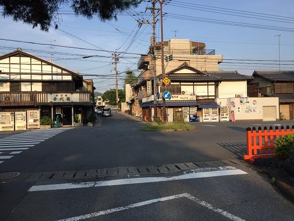 上賀茂神社正面のロータリー交差点。日中は車両の往来が激しい。