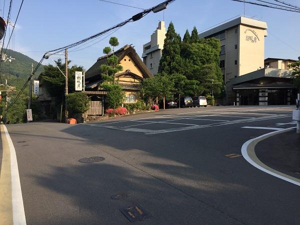 ホテル然林房前のT字路。右へ曲がると京見峠へ、まっすぐ行くと千束坂を下る。