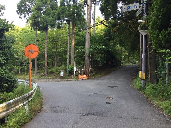 京見峠ゴール地点の氷室分かれ。まだ登れるが道悪い。左へ杉坂側へ下るべし。