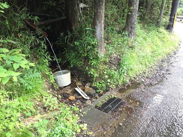 京見峠ウラの給水ポイント。雨の具合で水の勢いが変化する。