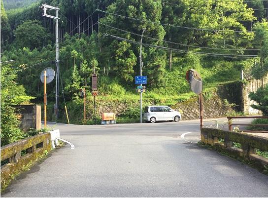 杉坂のT字路。あまり時間がないので右へ、持越峠へ。