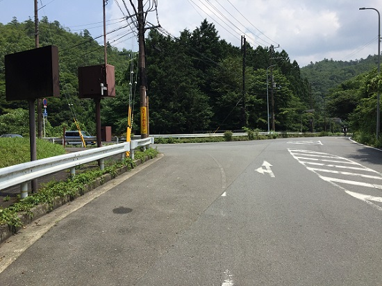 府道38号線との分岐点。まっすぐは市街地へ、左は鞍馬・貴船、大原方面。