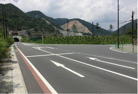 分岐点。正面は二ノ瀬トンネル、自転車は通行不可。大原へは右へ。