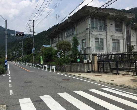 静原小学校前信号。