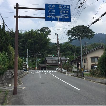 分岐点&補給ポイント。左はファミマ、途中峠、小浜。右は蕎麦屋、市街地へ。