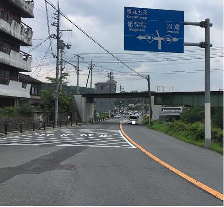分岐点。信号右は岩倉、左はさらに市街地を南へ。