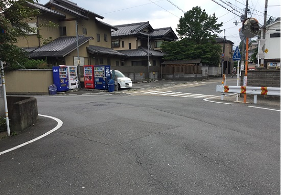 深泥池南端の分岐点。上賀茂神社へは正面の路地へ。