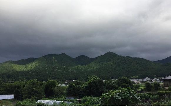 367号線北上中、江文峠方面を撮った。暗雲がやばそう・・・。