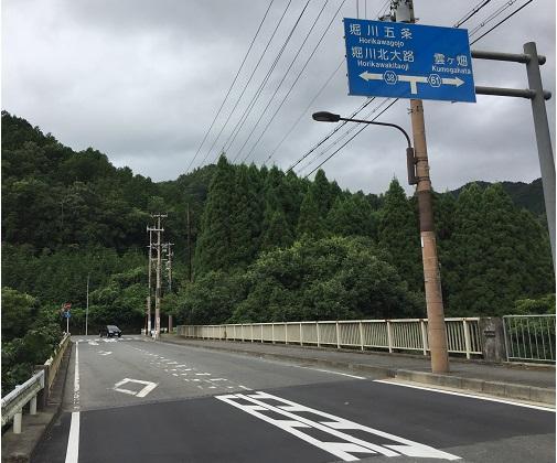 府道61号線と38号線の交差点。左へ行くと市街地へ。右へ行くと雲ヶ畑へ。