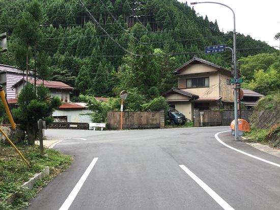 杉坂のT字路。左は京見峠、右は周山街道。