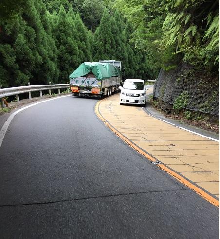 御経坂峠は路側帯が狭い上に交通量が多くて危険。