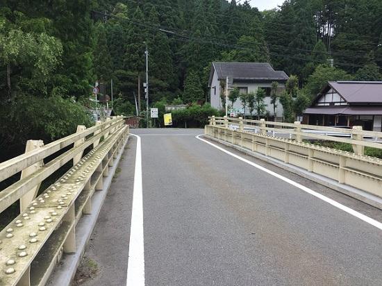 花背峠ウラ側下りきった分岐点。右は美山方面、左は京北町方面。