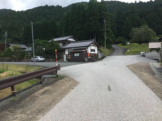 常照皇寺参道手前。左へ入れば府道61号、井戸峠。