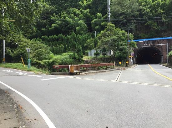 笠トンネル入り口前。旧道は荒れすぎていて通行不能。