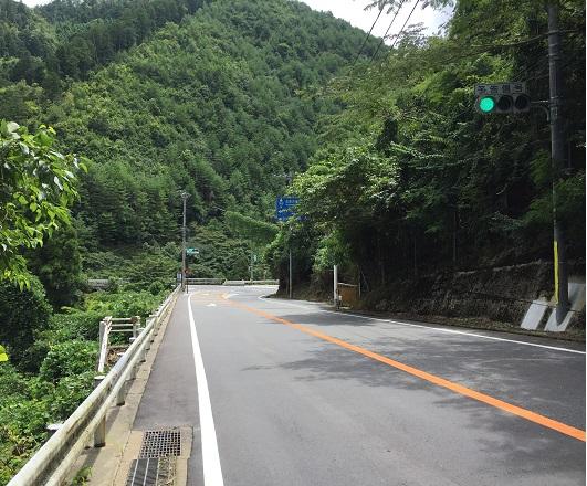 杉坂口信号。左は杉坂のT字路へ、右は高雄へ。