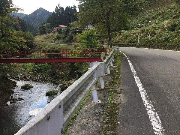 およそ2.9km地点、太神神社へ渡る赤い橋
