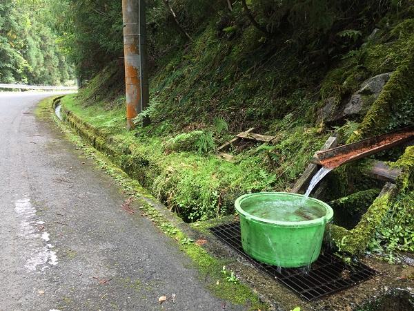 スタートから少し進んだところの山水給水ポイント